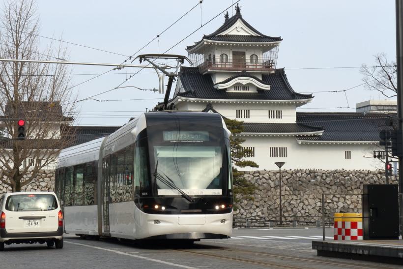 ↑富山城趾公園のすぐ近くを走る都心線は市内を左回りに走る環状線だ。車両は9000形「セントラム」