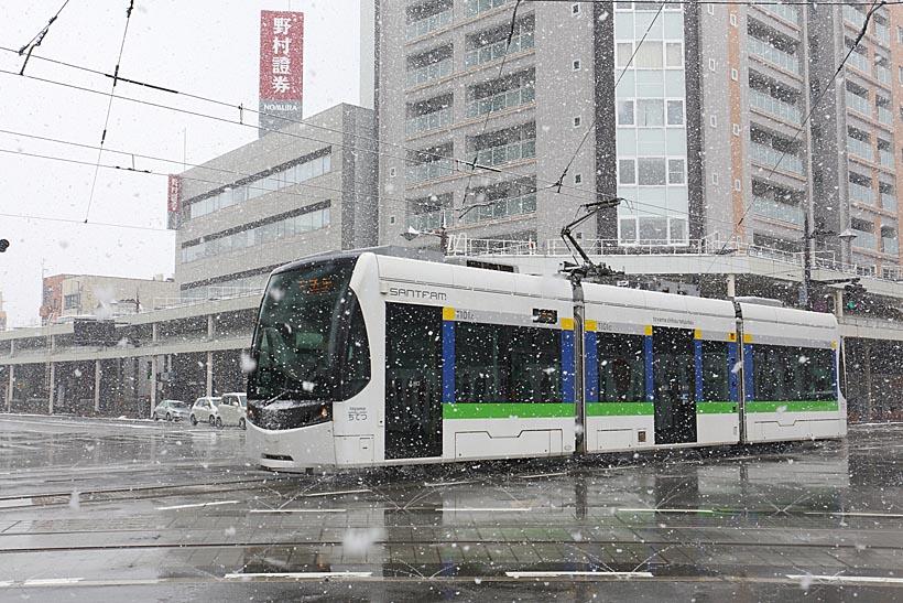 ↑雪舞う市内を走るT100形「サントラム」。さすが雪国らしく除雪設備がしっかりと整備されていた