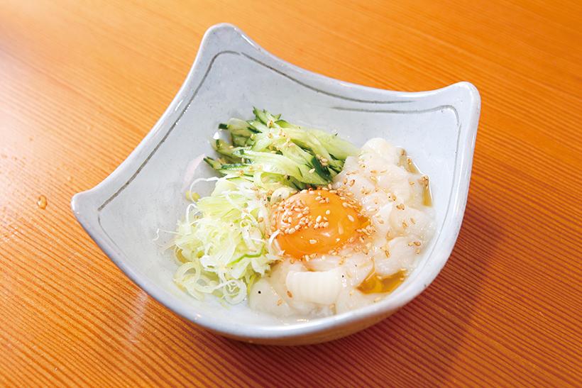 ↑えんがわ塩だれユッケ(539円) 脂が乗ったえんがわに、 卵と塩だれ、ごまを和えて 食べる。ねぎの風味とキュ ウリのシャキシャキ感で、 さっぱりした味わいに。