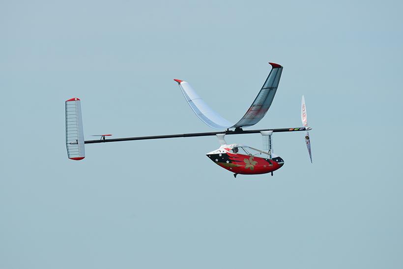 """↑2016年(第39回大会)に出場した筑波大学 つくば鳥人間の会の機体。この機体をはじめ、多くのプロペラ機が""""ダイダロス型""""をベースとした設計を採用し、参加している"""