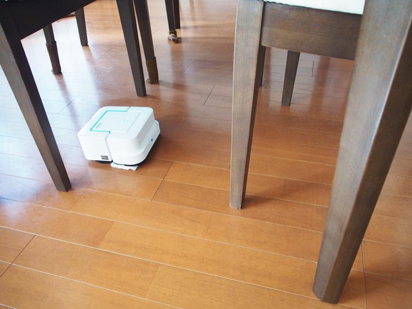 ↑多くのロボット掃除機が苦手なダイニングテーブルの下も難なくクリア