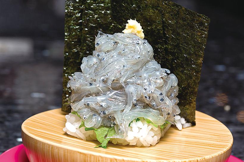 ↑生しらす富士山盛り/二貫(453円) シャリ二貫の上に、駿河 湾産の新鮮な生しらすが山 盛り。しらすのコクのある うまみとほろ苦さは、酢飯 と抜群にマッチする