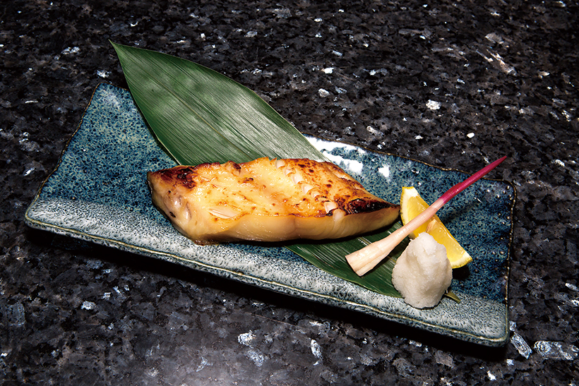 ↑銀だらの西京焼き(1382円) 肉厚で大ぶりな銀だ らの焼き物。とろけ るような食感とふく よかな甘みは、日本 酒のアテにも最高!