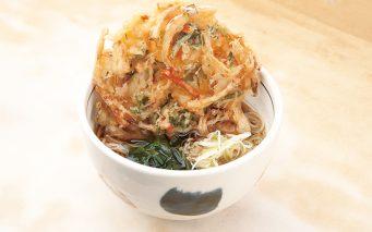 ↑かき揚げそば(400円) 玉ねぎ、にんじん、春菊、干しえび入り。野菜は国産を使っている