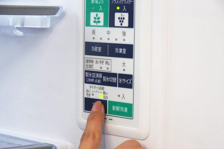 ↑冷蔵庫内部にある操作パネルで、「冷凍」ボタンを3回押すと、製氷室下にある上段冷凍室の「タイマー冷凍」が開始されます