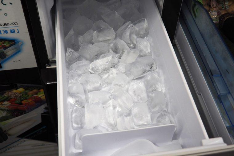 ↑個人的に非常に気に入っているのが自動製氷機能。「キラットモード」で、一般的な冷蔵庫の製氷機能と比較して透明度の高い氷が作れます。大きめの氷が作れるのも便利です