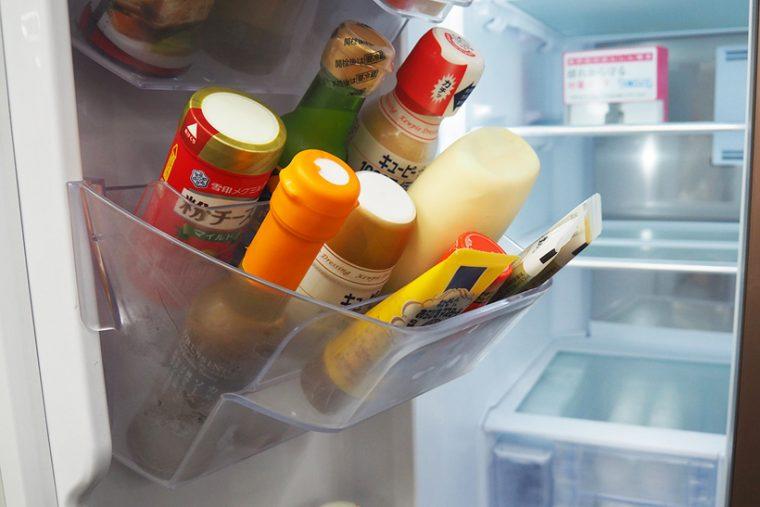 ↑チューブなどの調味料は、普通のドアポケット形状だとなかで倒れて迷子になりやすいが、段々スパイスポケットなら立てて収納できる