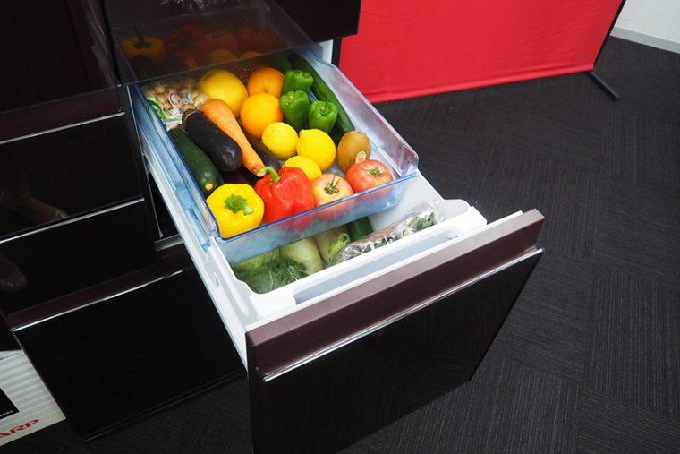 ↑今回大きく進化した「雪下シャキット野菜室」。一般的な野菜室は一番下に配置されることが多いですが、メガフリーザーはあえて冷蔵庫中央に配置しています