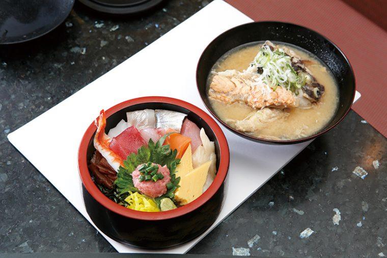 ↑タフ丼/みそ汁付き(734円) 赤身・サーモン・石 垣貝・すずき・あじ など10種の魚介入 り。ネタの種類は日 によって異なる