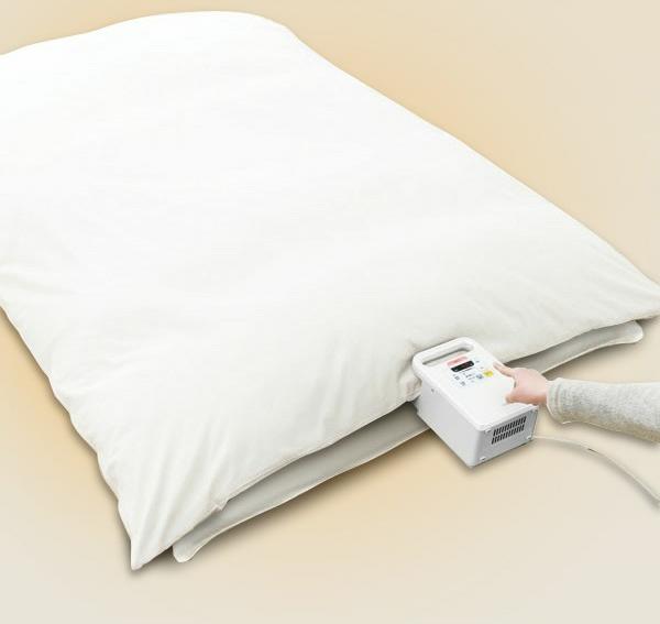 ↑ホースを伸ばしてふとんをかぶせてボタンを押すだけ。わずか10秒で乾燥の準備完了です