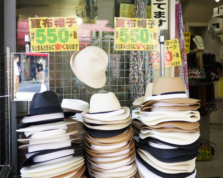 ↑そういうお店を見つけたらかなりお得で、このお店は夏の帽子がなんと550円(+税)