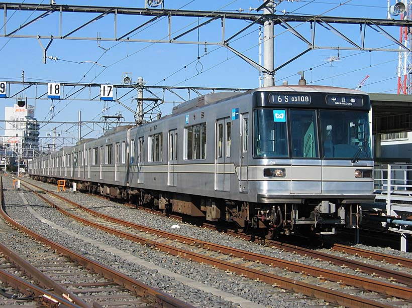 ↑日比谷線03系電車。写真の車両は3トビラ車だが、5トビラ車も走っている