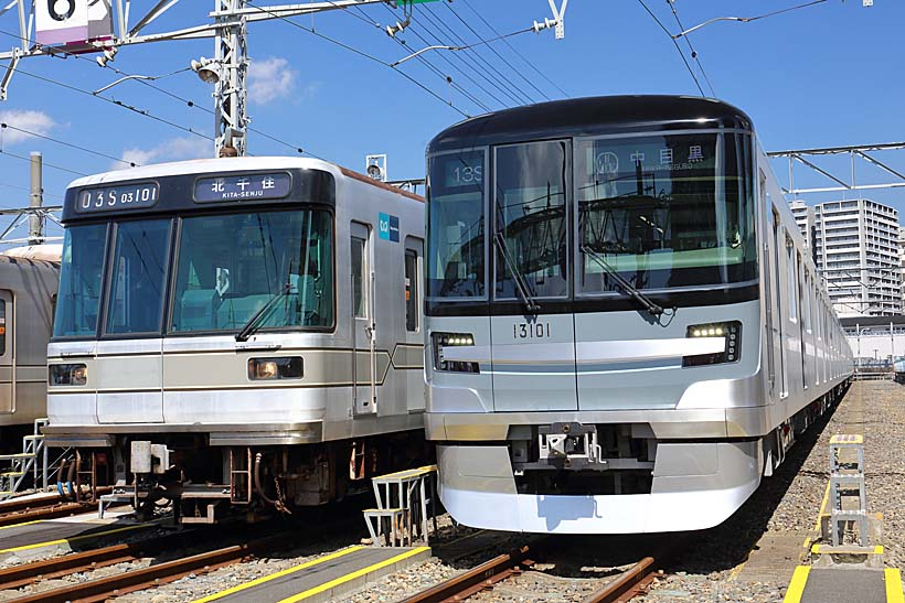 ↑日比谷線の2代目03系と並ぶ新車13000系。多くの新たな試みが取り入れられている。