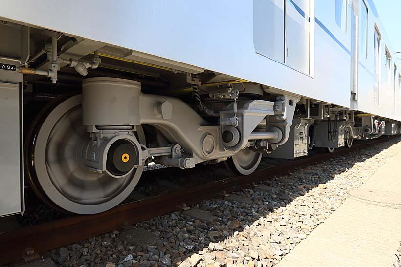 ↑13000系は狭軌鉄道では初の片軸操舵方式の台車を採用した。乗り心地が向上するという