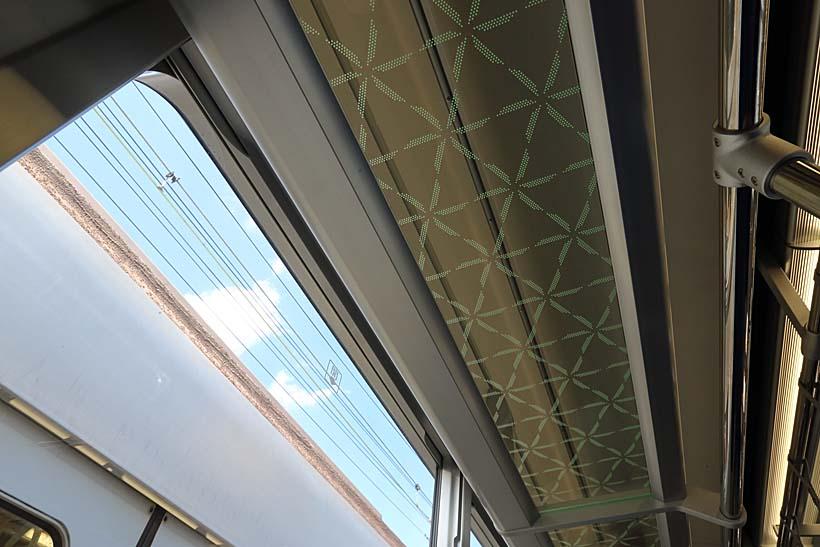 ↑ガラスの荷棚には関節照明が組み込まれる。ガラスには江戸切子ふうの模様が入っている