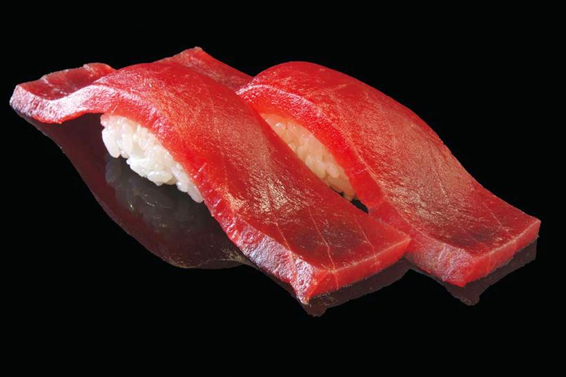 まぐろ/二貫(162円) 太平洋で育った60kg以 上の大ばちまぐろを使用。 鮮度抜群で本まぐろに劣ら ぬ身質を誇る。子どもから 大人まで大人気のネタだ。