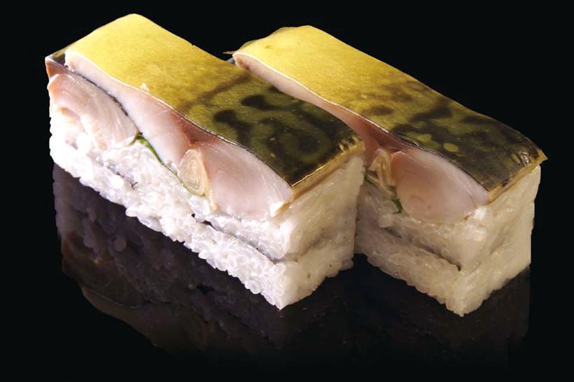 ↑さば棒鮨/二貫(248円) 肉厚なさばが特徴の棒寿 司。脂の乗りが圧倒的なノ ルウェー産さばを使用。さ ばの脂のうまみとまろやか な酢のハーモニーが絶妙だ。