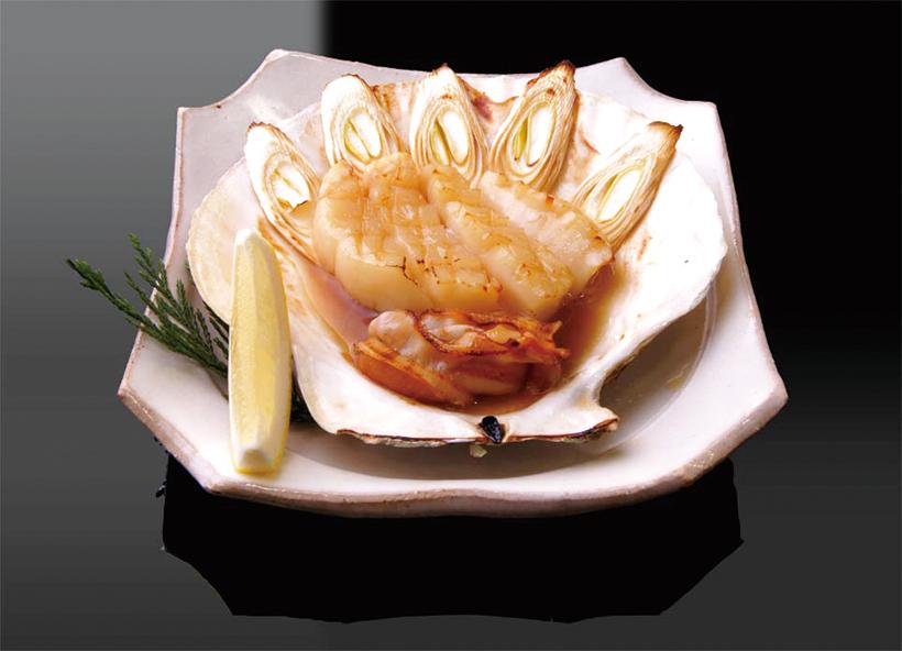 ↑帆立浜焼き(486円) 肉厚で大型のホタテ 貝をバターしょうゆ で焼いた一品。ふく よかな甘みと磯の香 りが食欲をそそる。