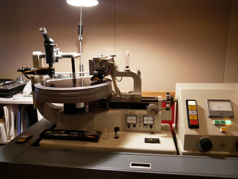 ↑カッティングの様子(写真はレコード盤製造の東洋化成 末広工場のもの)