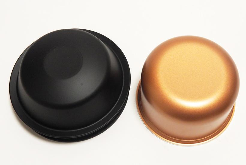↑一般的な形状の内釜と底面を比較。NW-AS10(左)は底面に傾斜があるのがわかります。この傾斜が釜内全体を激しく沸騰させるのに重要なのだそう