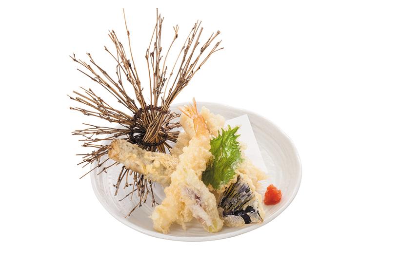 ↑季節のてんぷら盛合せ(735円) 春夏秋冬で変わる旬の魚や野菜を使った天ぷら。酒との相性 がよく、つまみとしての注文も多い