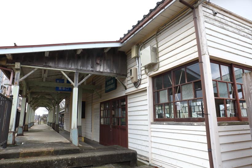 ↑東岩瀬駅には1924(大正13)年に建ったとされる旧駅舎が残り、待合室として利用されている