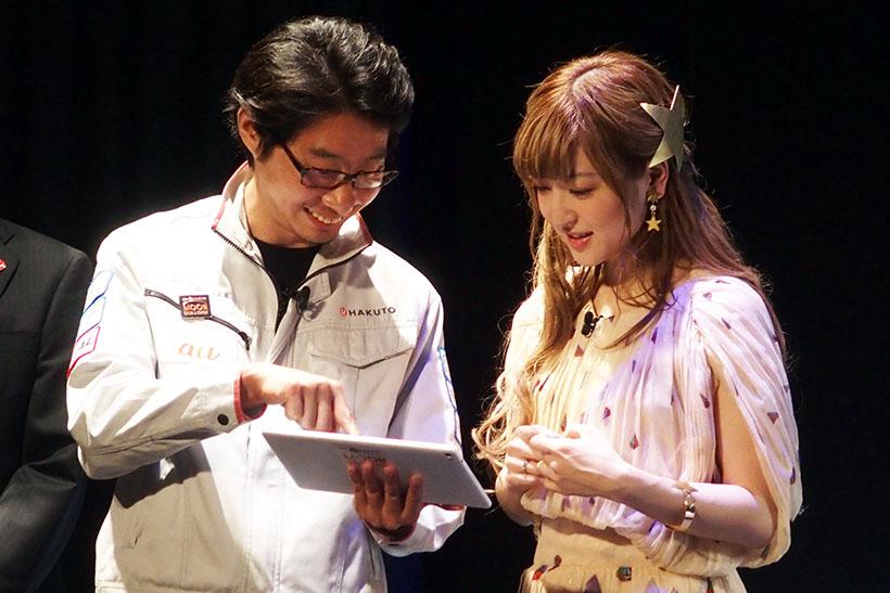 ↑ローバーの操縦を体験。HAKUTOプロジェクトを牽引する袴田氏による操作説明を聞く神田沙也加さん
