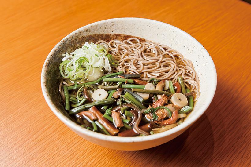 ↑山菜そば(570円) 二八そばを使用。つゆはだしの風味を利かせたやさしい味わいだ