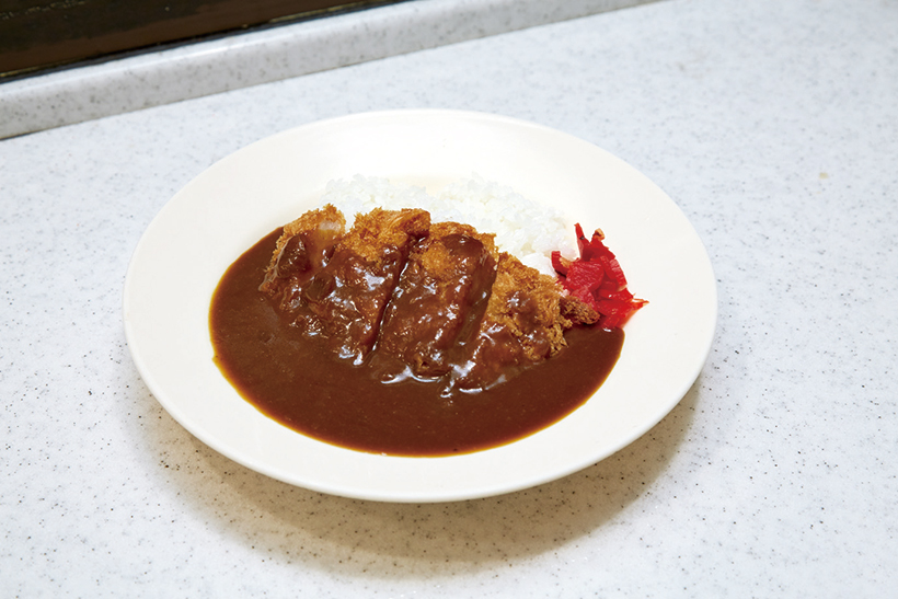 ↑カツカレー(440円) 独特の甘みと酸味が魅力の「カツカレー」。スタンドカレーを思わせる懐かしい味だ