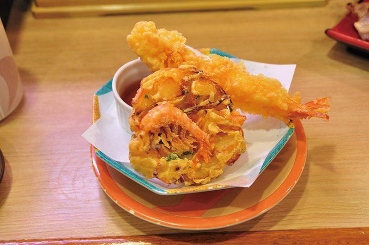 ↑海老とかきあげの天盛り( 313円) 特大のえび天ぷらに、えび、ほたてと野菜のかき揚げが付いた。サクッと軽い揚げ上 がりがおいしい