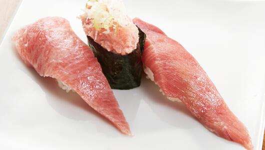 【回転寿司の名店】シャリが見えないデカネタがユニーク! 上質で盛りの良いお寿司が食べられる「吉丸水産 アクアシティお台場店」