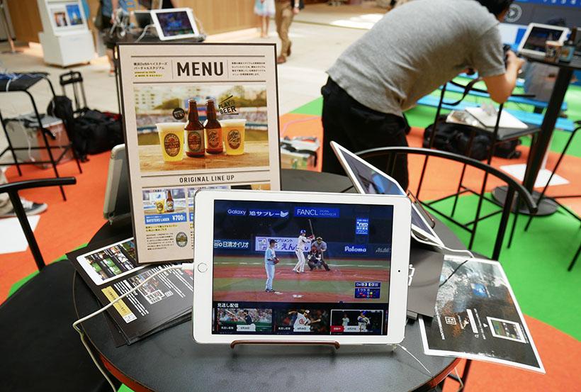 ↑会場にはタブレット端末が設置された机が並べられます。約20台のタブレットと大型モニター、テレビスクリーンでの観戦ができます