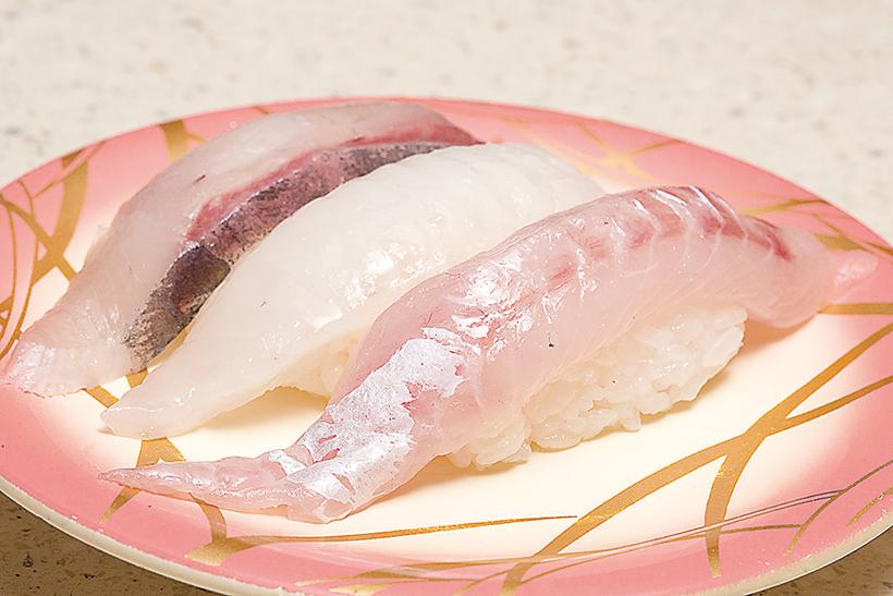 ↑白身三貫盛り(378円) 当日入荷の白身のうち、 特にいいネタを使用。写真 右のほうぼうはみずみずし い甘みが絶品。ほかにマトウダイ(中)、かんぱち(左)も。