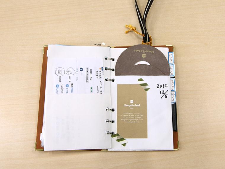↑堤さん自身が紙を折って作ったポケット式レフィルに、旅の思い出をどんどん入れていく