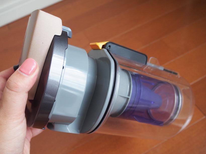 ↑旋回はブルーの筒の中で行われ、分離したゴミはクリアなダストカップに送られる