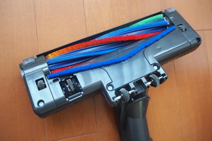 ↑床に置くとスイッチが入り、シャーっと勢いよく回転する。アレル物質を抑制するというアレルパンチブラシを植毛