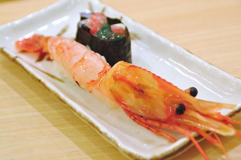 ↑でっかい ぼたんえび(681円) 希少価値の高い大ぶりで肉厚のぼたんえびを使用。 プリッとした食感と、とろ ~りとろける甘みが至福のおいしさを生み出す