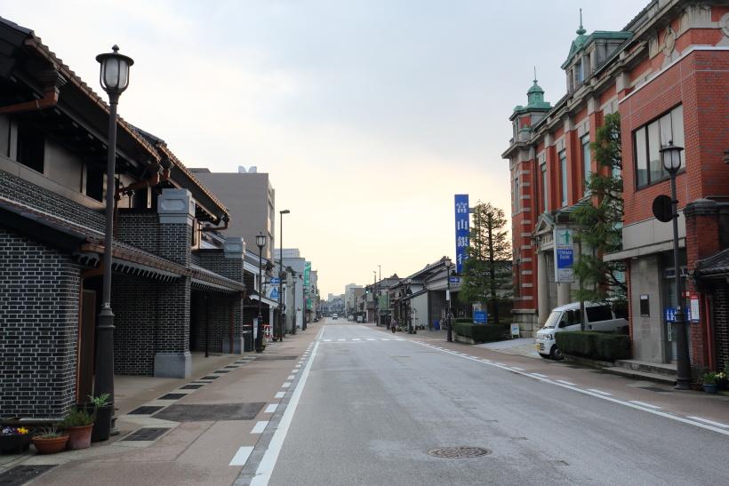 ↑伝統的建造物群に選定された、高岡市山町筋の早朝の風景。古い絵はがきのような光景に出会えた
