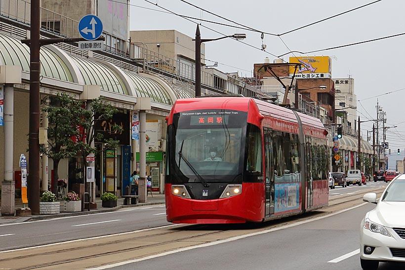 ↑高岡市街を走る万葉線MLRV1000形。アイトラムの愛称で親しまれている