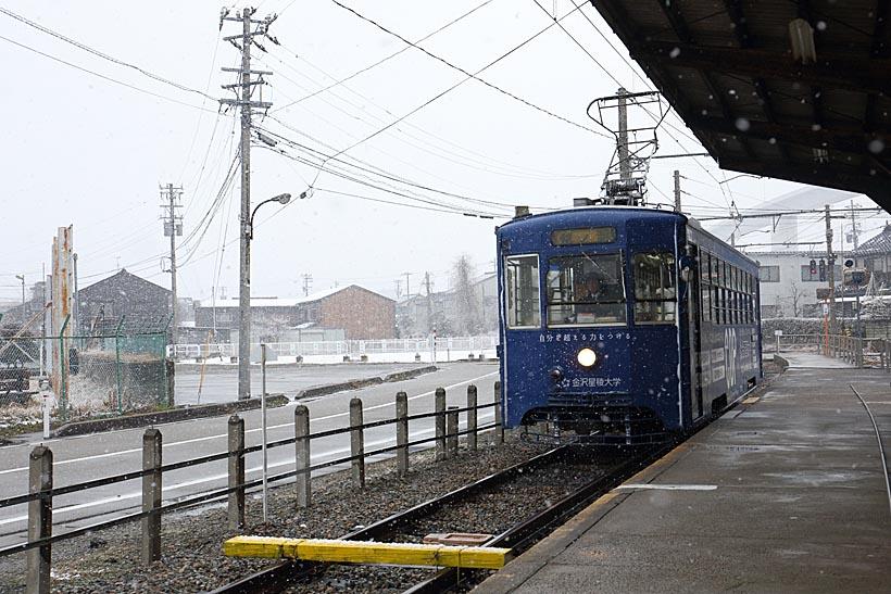 ↑鄙(ひな)びた趣が強い終点の越ノ潟駅。駅前から港を渡る渡船が出ている