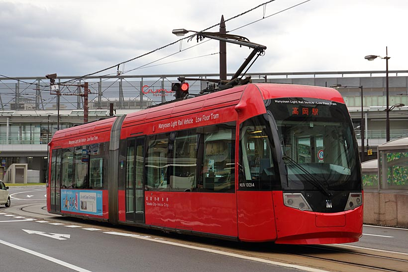 ↑2000年代に導入されたMLRV1000形電車。車体の色は真紅で、街中でもかなり目立つ