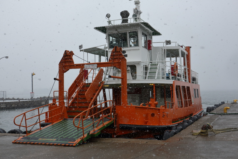 ↑越ノ潟駅前から富山県営の渡船が発着、向かいの堀岡発着場まで無料で利用することができる。
