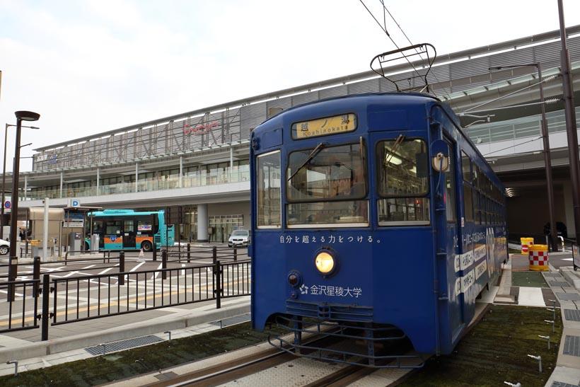 ↑2014年3月からは、高岡駅ステーションビル「Curun TAKAOKA」内に高岡駅停留場が設けられた