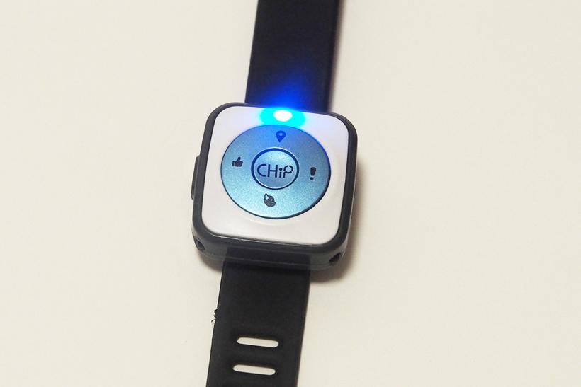 ↑USBで充電できるスマートバンド。上のボタンで「おいで」、左で「いいね」右で「コマンド(へイ、チップと呼びかけた状態)」にできます。また、中心のボタンを長押しすることで、チップをリモコンのように操ることも可能です