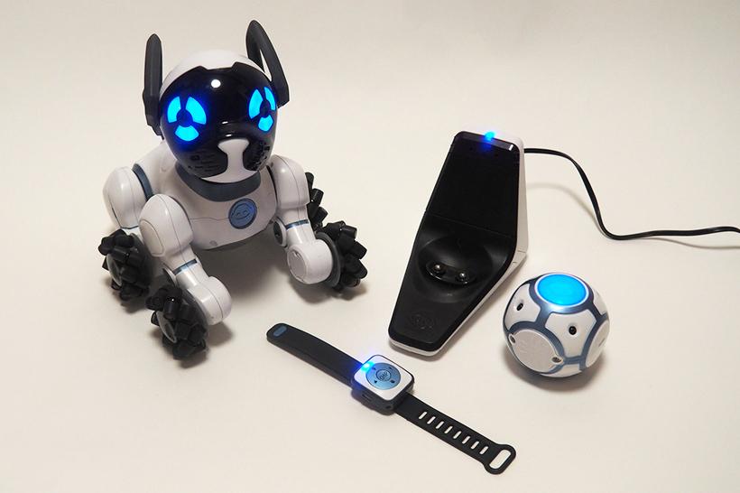 ↑チワワサイズのロボット犬「CHiP」。スマートベッド(充電台)、スマートバンドとスマートボールが付属します