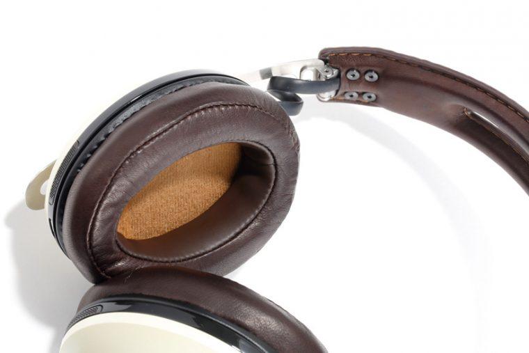 ↑イヤパッドやヘッドバンドに厳選した素材を使用。上品なルックスもウリだ