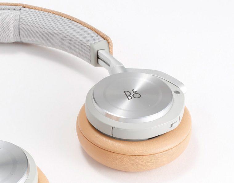 ↑右のイヤカップにタッチセンサー式リモコンを搭載。指で円を描くと音量調節ができる