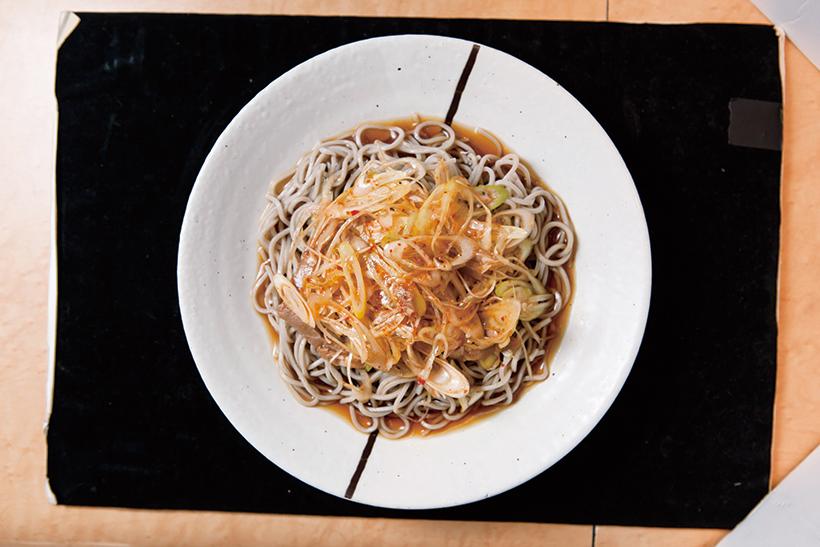 ↑冷しぴり辛ねぎそば(440円)。甘辛だれが絡むたっぷりのねぎをそばと一緒に食べる ともうやみつき。「ぴり辛ね ぎそば」は温そばも人気だ。
