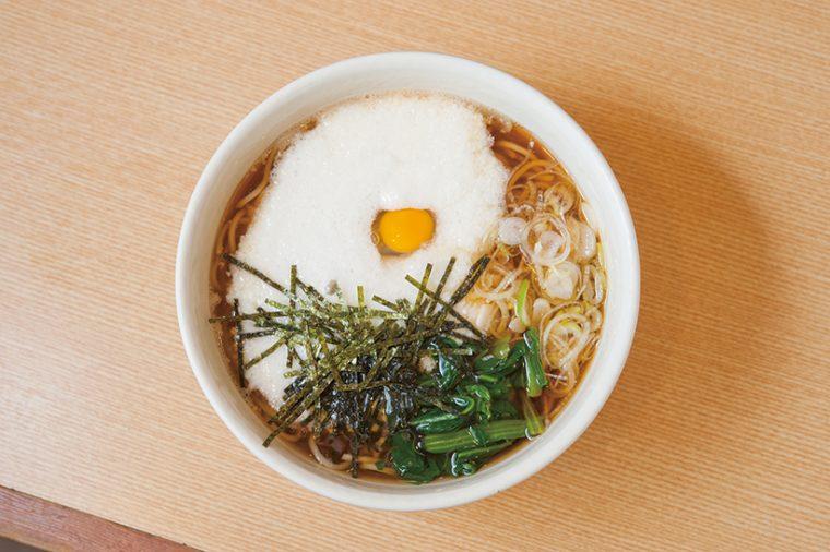 ↑山かけそば(480円)  とろろとウズラの卵のコント ラストが美しい一品。粘りの あるとろろでさっぱりとしな がら満足感のある味わいに。