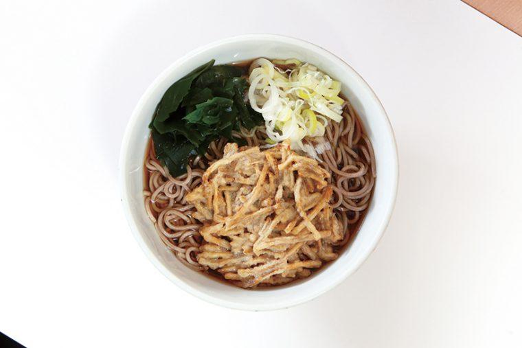 ごぼう天そば(390円)  ごぼうの細切りを使った天ぷらはしっとり食感。口内に広がる独特の香りと甘みが食欲を刺激する